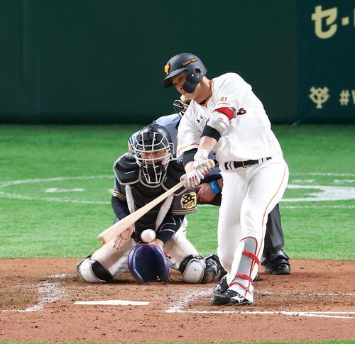 巨人対阪神 4回裏巨人2死二、三塁、左前にプロ初安打となる適時打を放つ北村(撮影・江口和貴)