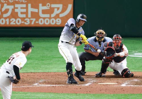 巨人対阪神 8回表阪神2死、左安打を放つ糸井。投手中川(撮影・江口和貴)