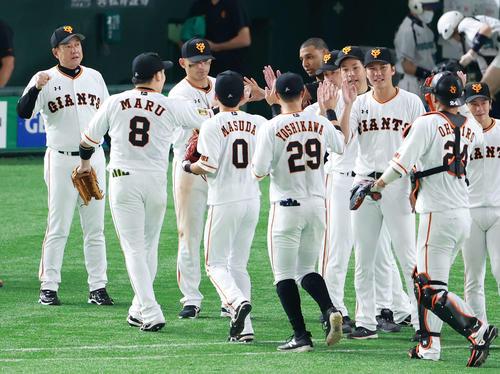 巨人対阪神 来日初勝利を挙げた巨人サンチェス(左から6人目)は丸(同2人目)から勝利球を受け取る。右端は原監督(撮影・江口和貴)