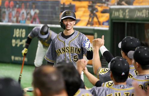 巨人対阪神 1回表阪神無死、近本は右越え本塁打を放ちベンチ前でナインと笑顔のエアタッチ(撮影・加藤哉)