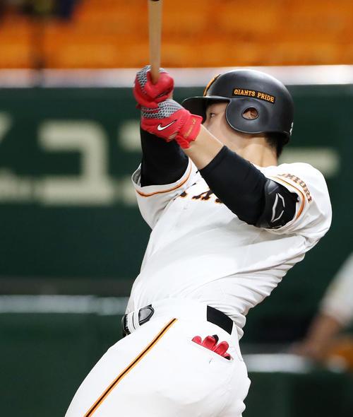 巨人対阪神 4回裏巨人無死一塁、岡本は右中間越えに2点本塁打を放つ(撮影・加藤哉)