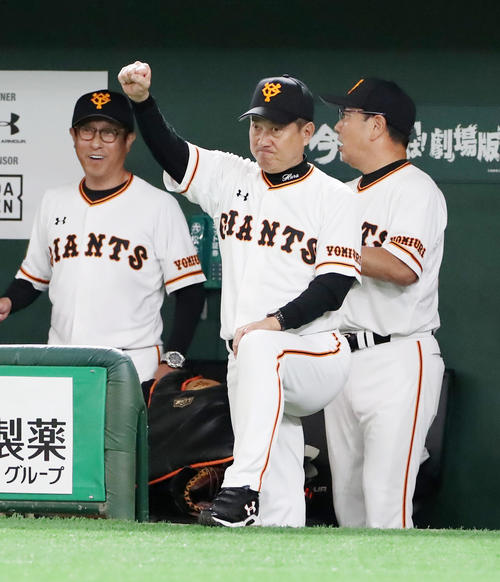 巨人対阪神 4回裏巨人2死二、三塁、原監督は代打北村の左前適時打にベンチからガッツポーズを見せる(撮影・加藤哉)