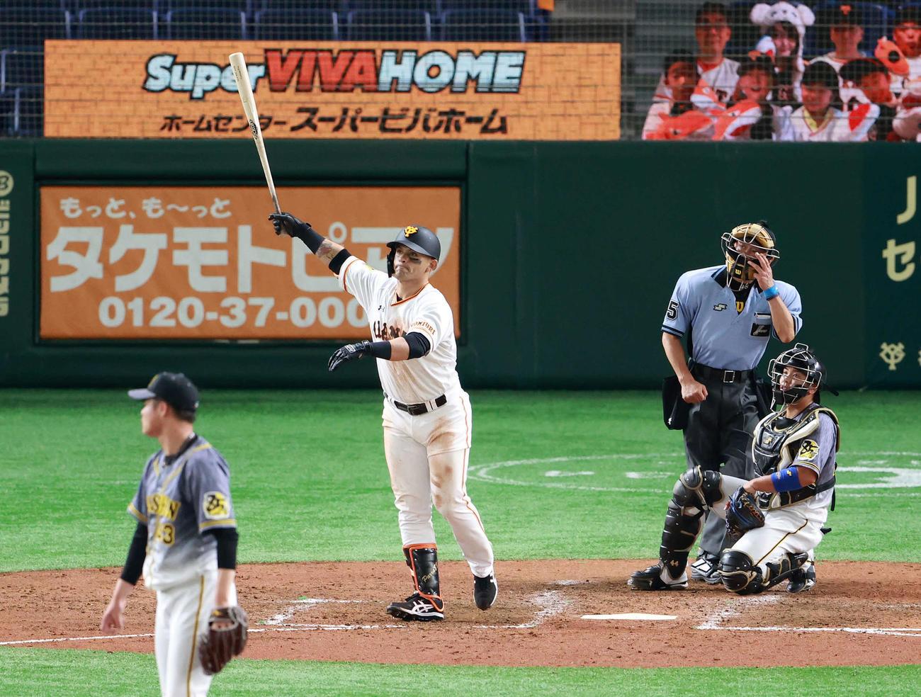 巨人対阪神 5回裏巨人2死一塁、2点本塁打を放つパーラ。投手守屋(撮影・江口和貴)