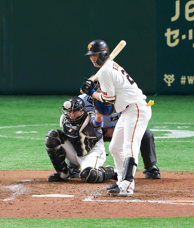 巨人対阪神 5回裏巨人2死、2打席連続となる死球を受ける小林(撮影・江口和貴)