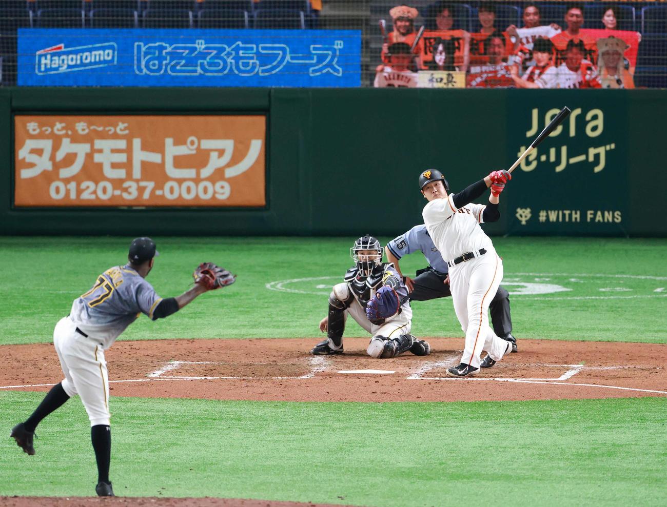 巨人対阪神 4回裏巨人無死一塁、右中間に逆転2点本塁打を放つ岡本。投手ガルシア(撮影・江口和貴)