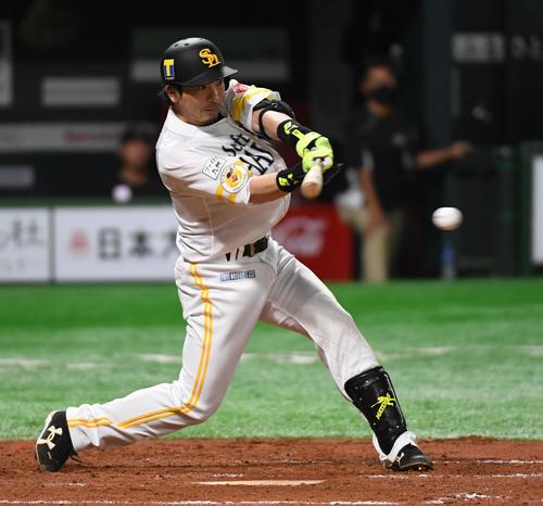 ソフトバンク対ロッテ 2回裏ソフトバンク2死二塁、松田宣浩は中前適時打を放つ(撮影・今浪浩三)