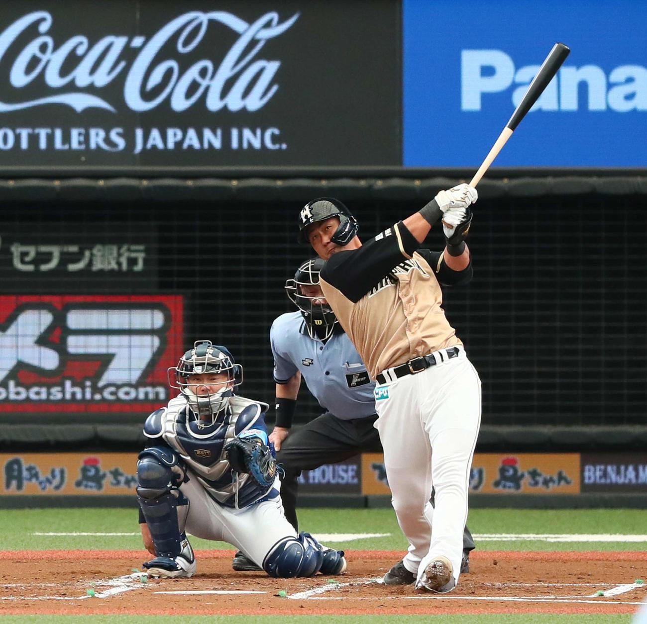 西武対日本ハム 2回表日本ハム無死、中田は右越え本塁打を放つ。投手与座(撮影・足立雅史)