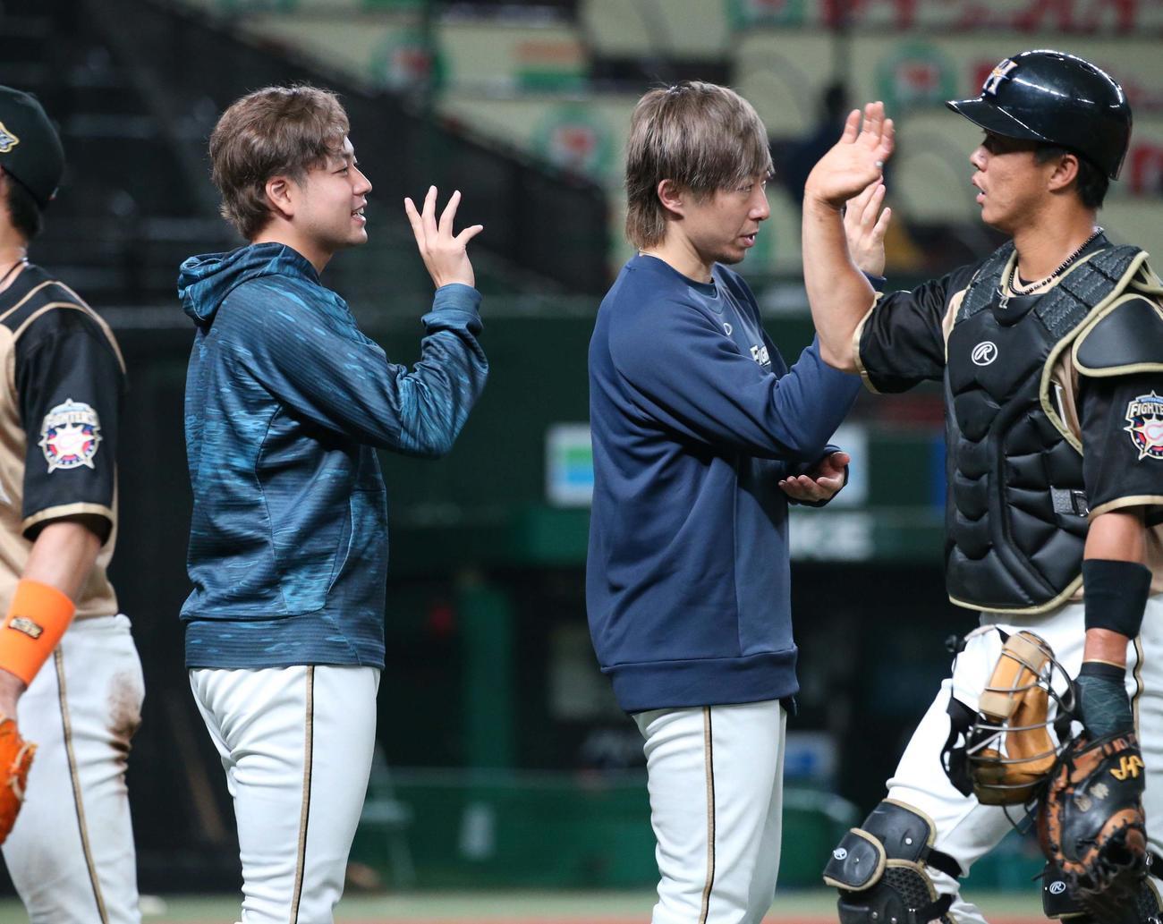 西武対日本ハム 勝利投手の堀(左)は試合後、ナインを出迎える(撮影・黒川智章)
