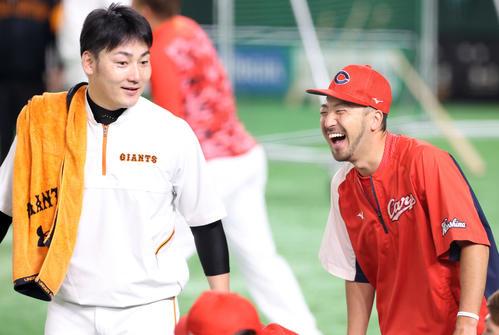 巨人対広島 試合前練習中、巨人丸(左)と談笑する広島菊池涼(撮影・垰建太)