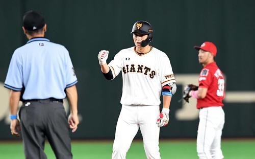 巨人対広島 5回裏巨人2死一塁、中越えに適時二塁打を放ちガッツポーズ決める北村(撮影・たえ見朱実)