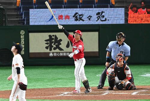 巨人対広島 7回表広島無死、右越えソロ本塁打を放つ西川。投手戸郷(撮影・鈴木みどり)