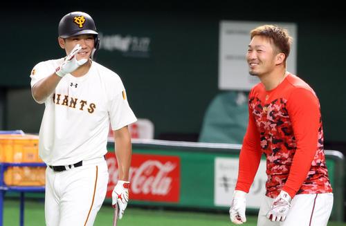 巨人対広島 試合前練習中、巨人坂本勇(左)と談笑する広島鈴木(撮影・垰建太)