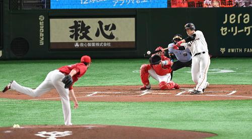 巨人対広島 1回裏巨人2死二塁、先制の中前適時打を放つ岡本。投手K・ジョンソン(撮影・鈴木みどり)