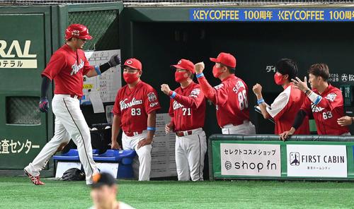 巨人対広島 2回表広島1死三塁、会沢の遊ゴロの間に生還した鈴木(左)は佐々岡監督(右から3人目)らとエアタッチ(撮影・鈴木みどり)