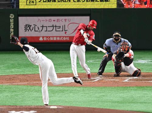 巨人対広島 3回表広島1死、右前打を放つK・ジョンソン。投手戸郷(撮影・鈴木みどり)