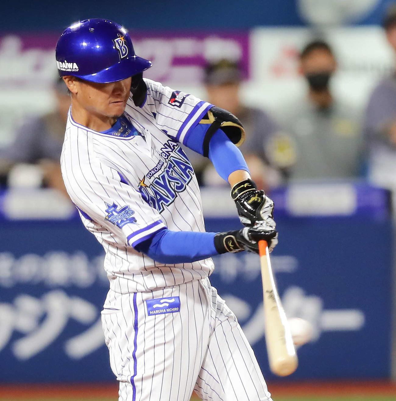 DeNA対阪神 7回裏DeNA2死一、三塁、大和は左翼線に2点適時二塁打を放つ(撮影・丹羽敏通)