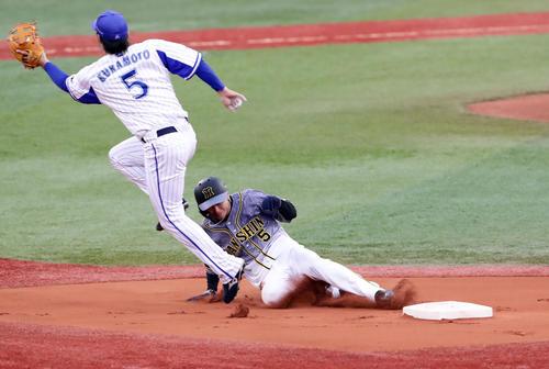 DeNA対阪神 1回表阪神1死一塁、近本は二塁盗塁成功。遊撃手倉本(撮影・浅見桂子)