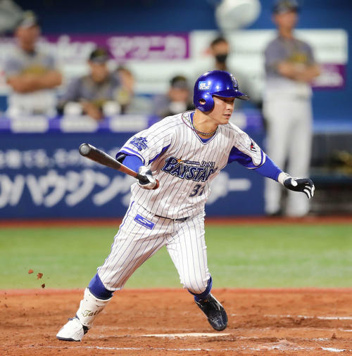 DeNA対阪神 7回裏DeNA2死二、三塁、柴田は右前適時打を放つ(撮影・丹羽敏通)