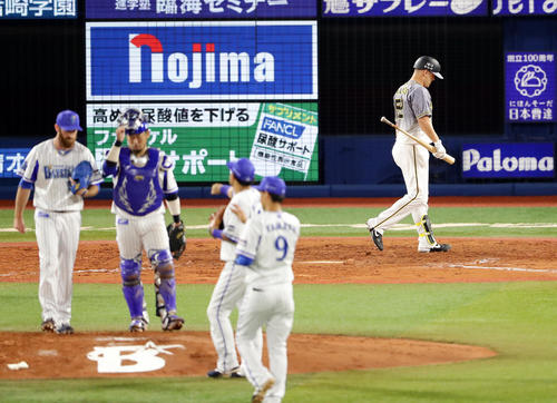 DeNA対阪神 9回表阪神2死一塁、サンズは見逃し三振に倒れ、喜ぶDeNAナインの奥をがっくり引き揚げる(撮影・浅見桂子)