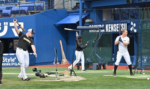 DeNA対阪神 打撃練習をするMBS。左からジャスティン・ボーア、ジェフリー・マルテ、ジェリー・サンズ(撮影・上田博志)