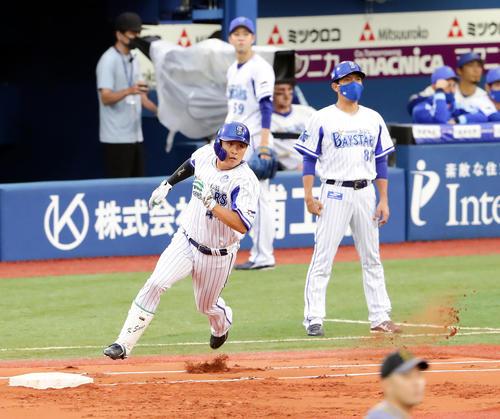 DeNA対阪神 1回裏DeNA2死二塁、佐野は左に同点適時二塁打を放ち、一塁を回る(撮影・浅見桂子)