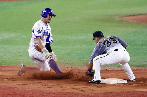 DeNA対阪神 4回裏DeNA2死一塁、一走者梶谷は二塁盗塁失敗。二塁手糸原(撮影・浅見桂子)