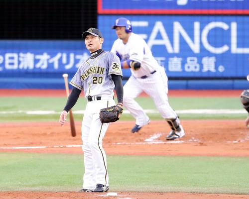 DeNA対阪神 1回裏DeNA2死二塁、宮崎に中越え勝ち越し適時二塁打を許した中田は険しい表情で打球を見る(撮影・浅見桂子)