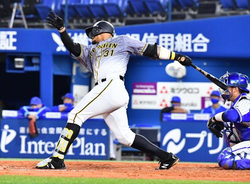 DeNA対阪神 4回表阪神無死、右翼線へ二塁打を放つジェフリー・マルテ(撮影・上田博志)