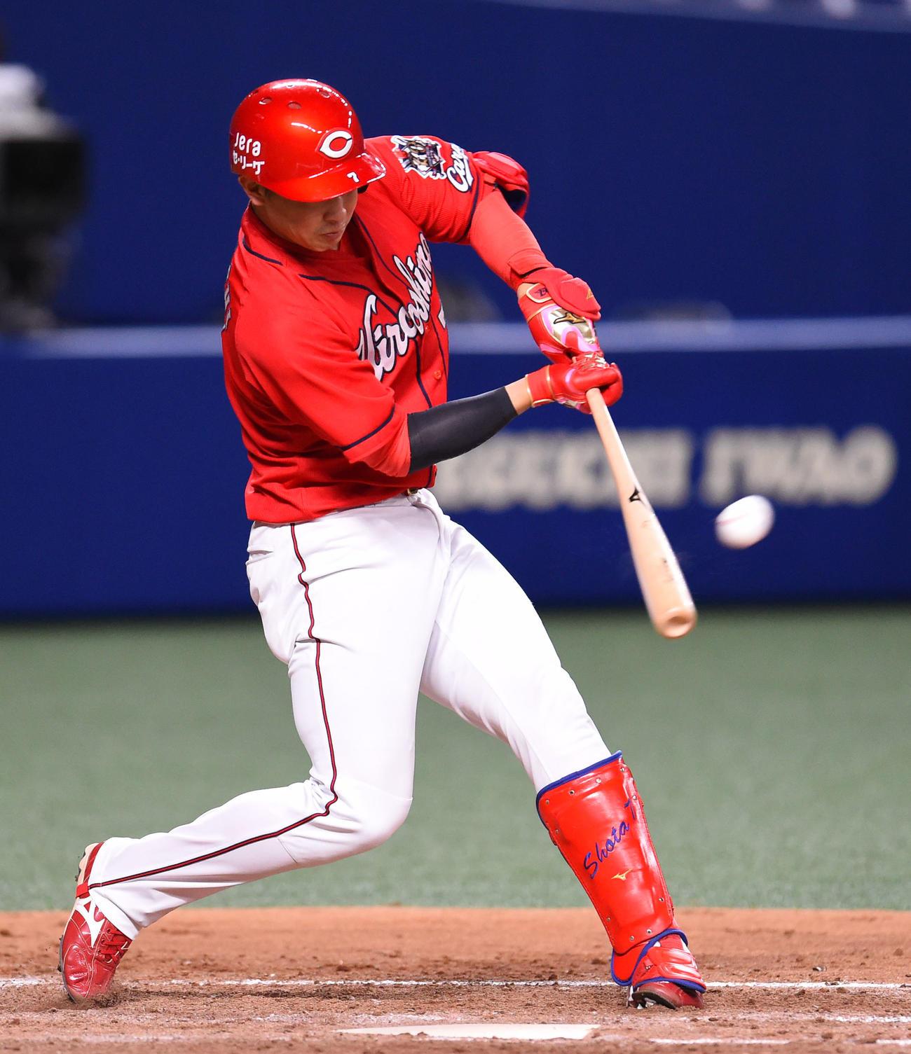 中日対広島 5回表広島1死一塁、中越え2点本塁打を放った堂林翔太(撮影・森本幸一)