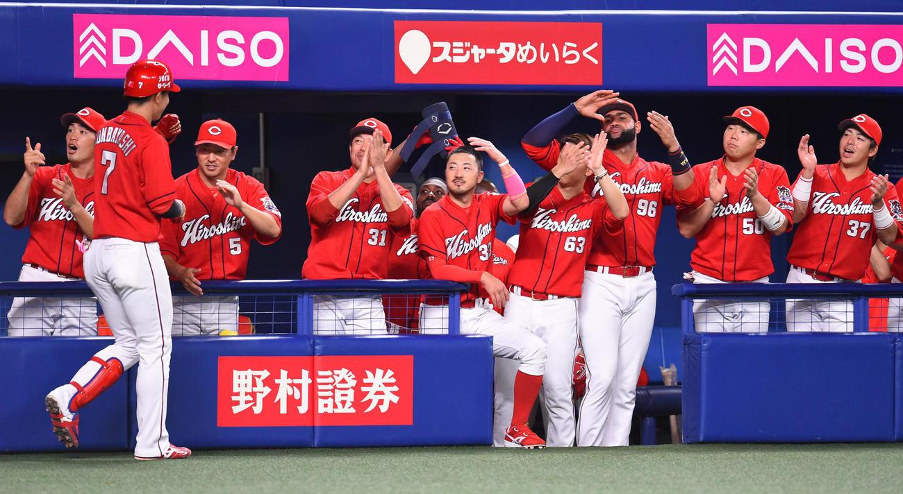 中日対広島 5回表広島1死一塁、中越え2点本塁打を放った堂林翔太を迎える広島ナイン(撮影・森本幸一)