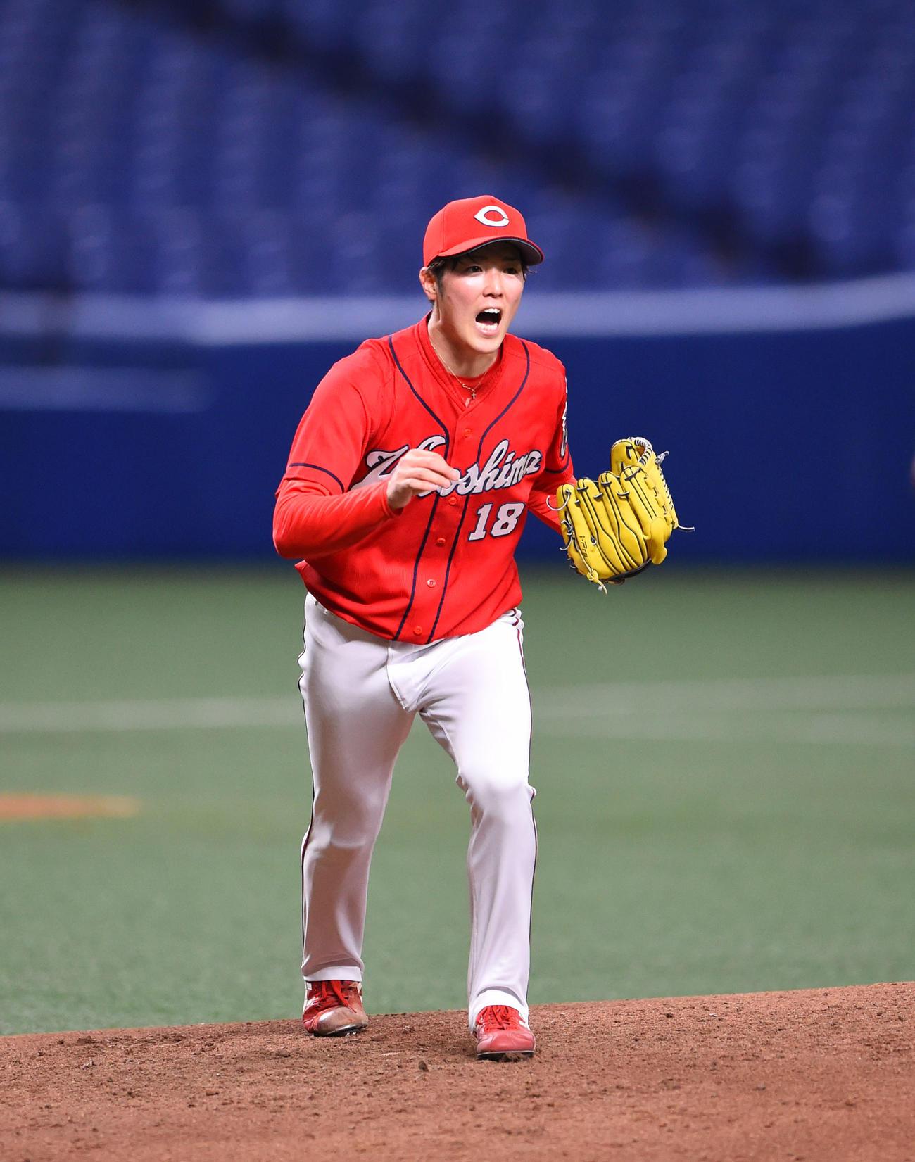 プロ野球中日対広島 3回裏、打球を指示する広島先発の森下暢仁(撮影・森本幸一)