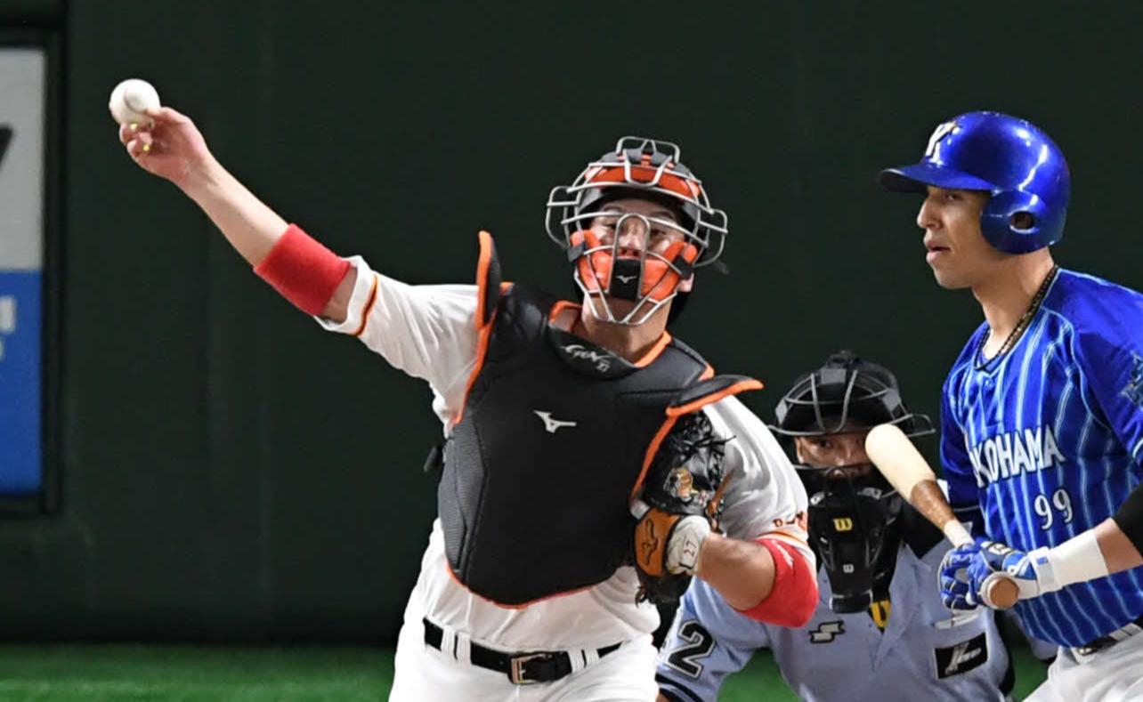 巨人対DeNA 3回表DeNA無死一塁、炭谷(左)は二塁へ送球。盗塁を試みた梶谷を刺す。打者ソト(撮影・山崎安昭)
