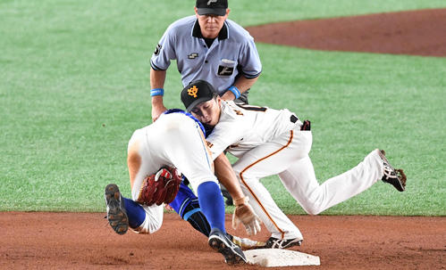 巨人対DeNA 3回表DeNA無死一塁、増田大(右)は二塁盗塁を狙って憤死した梶谷と接触(撮影・山崎安昭)