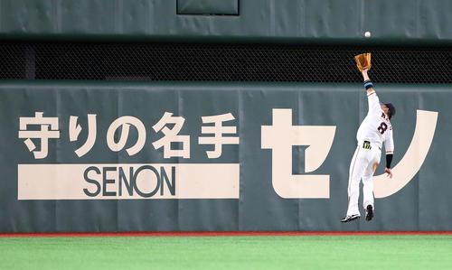 巨人対DeNA 8回表DeNA無死、梶谷の打球を好捕する丸(撮影・大野祥一)