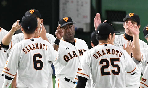 巨人対DeNA 巨人ウィーラー(中央)はチームメートとエアタッチで勝利を喜ぶ(撮影・山崎安昭)