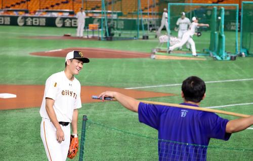 巨人対DeNA 試合前、笑顔で言葉を交わす巨人坂本(左)とDeNA山崎(撮影・大野祥一)