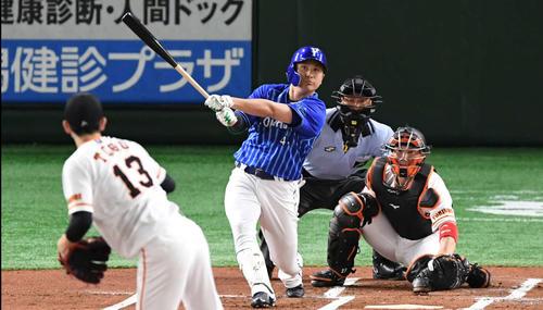 巨人対DeNA 1回表DeNA無死二、三塁、佐野は中犠飛を放つ。投手戸郷(撮影・山崎安昭)