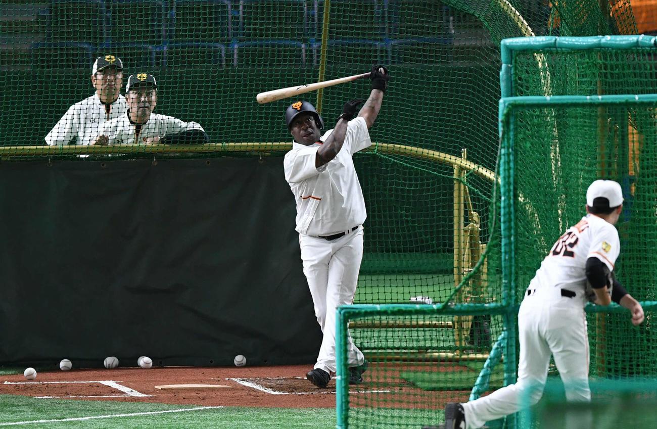 巨人対DeNA 試合前のフリー打撃で柵越えする巨人ウィーラー(撮影・山崎安昭)