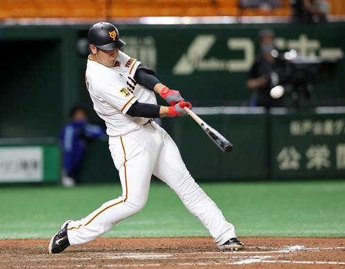 巨人対DeNA 8回裏巨人1死、中越え本塁打を放つ岡本(撮影・鈴木正人)