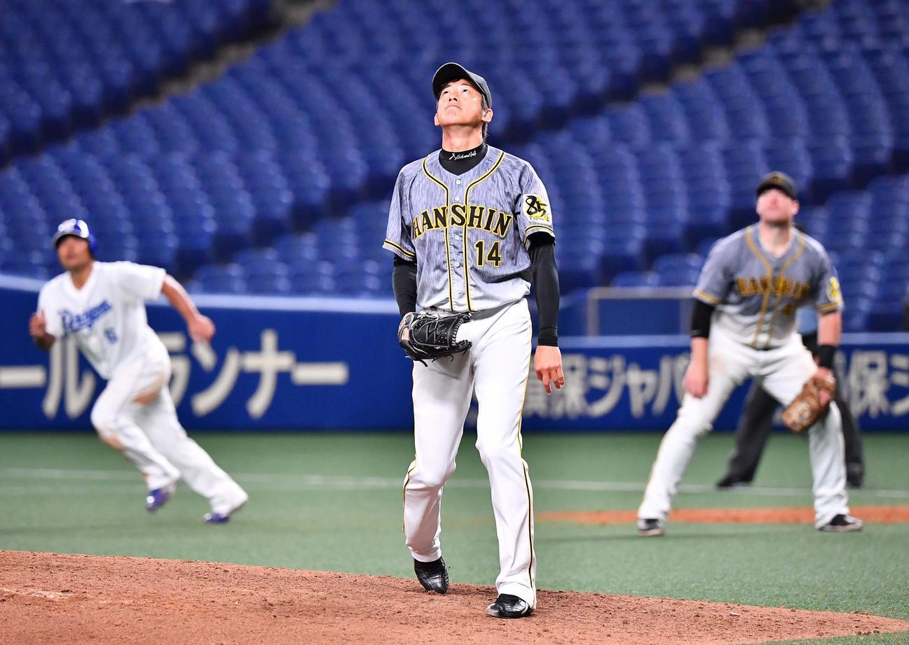 中日対阪神 7回裏中日1死満塁、アルモンテの放った満塁本塁打を見上げる能見(撮影・上田博志)