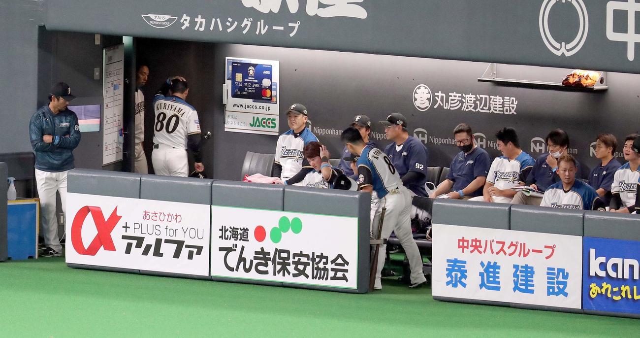 日本ハム対ソフトバンク 試合終了後、頭を抱えてベンチを後にする日本ハム栗山監督(左から2人目)(撮影・佐藤翔太)