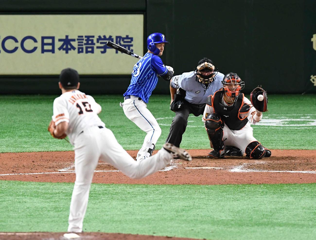巨人対DeNA 8回表DeNA無死、代打乙坂は四球を選ぶ。投手沢村(撮影・山崎安昭)