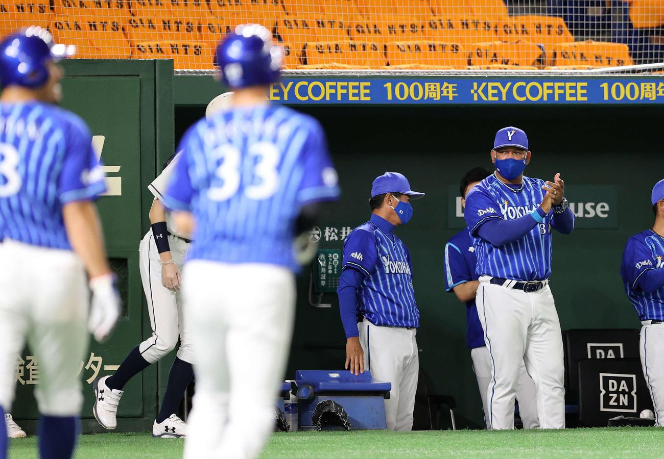 巨人対DeNA 8回表DeNA2死満塁、オースティンの右越え適時三塁打で拍手して喜ぶDeNAラミレス監督(右)(撮影・鈴木正人)