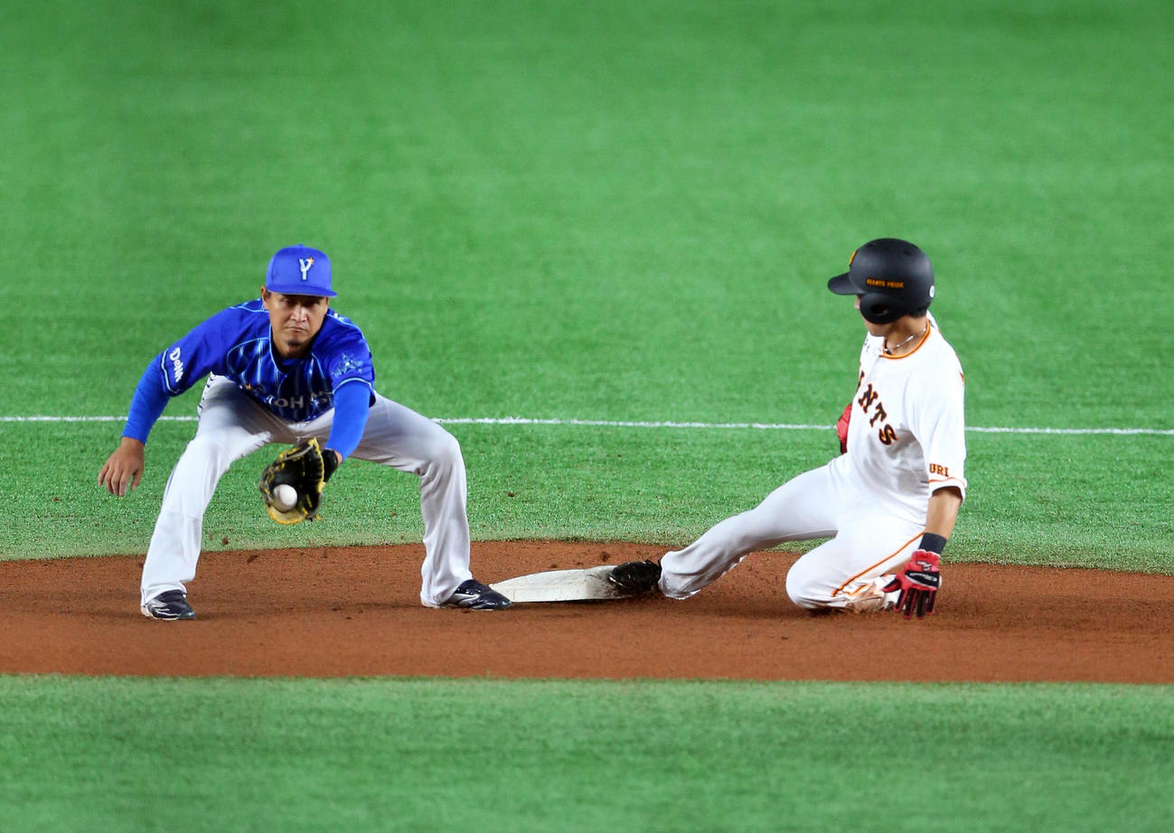 巨人対DeNA 1回裏巨人無死一塁、、二塁盗塁する増田大。左は大和(撮影・大野祥一)