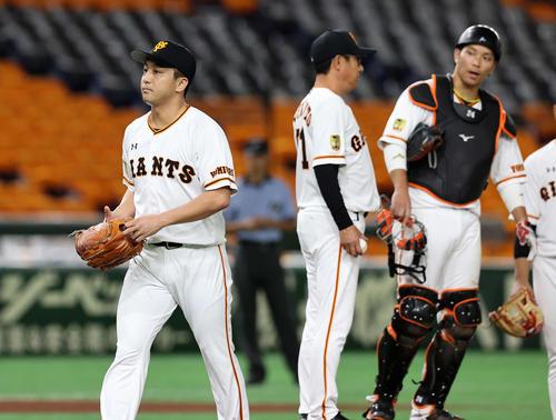 巨人対DeNA 8回表、降板する巨人沢村(左)(撮影・鈴木正人)