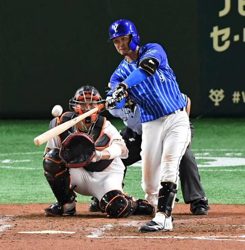 巨人対DeNA 5回表DeNA無死、大和は左越えソロ本塁打を放つ(撮影・山崎安昭)