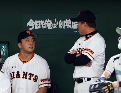 巨人対DeNA 8回裏の攻撃中、ベンチ内で巨人沢村(左)と話し込む原監督(撮影・大野祥一)