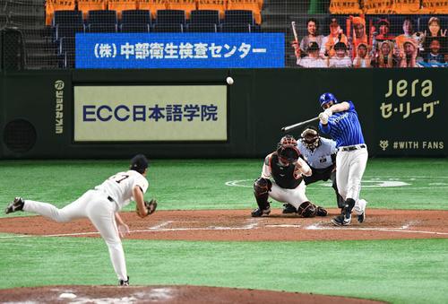 巨人対DeNA 8回表DeNA2死満塁、オースティンは右翼へ3点適時三塁打を放つ。投手高木(撮影・山崎安昭)
