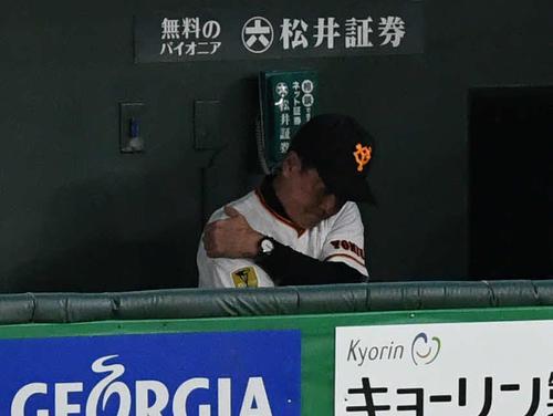 巨人対DeNA 8回表DeNA2死満塁、オースティンに3点適時三塁打を許して悔しがる原監督(撮影・山崎安昭)