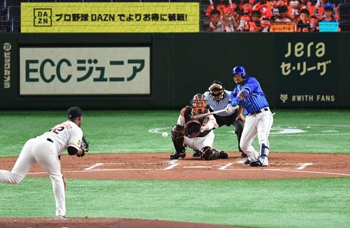 巨人対DeNA 2回表DeNA無死一塁、宮崎は二ゴロを打ち併殺を招く。投手メルセデス(撮影・山崎安昭)